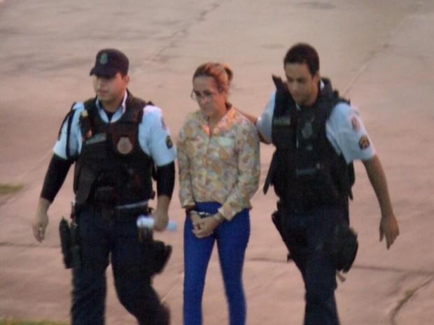 Cristiane Coelho é presa em Fortaleza; ela é suspeita de matar o filho com sorvete envenenado (Foto: TV Verdes Mares/Reprodução)