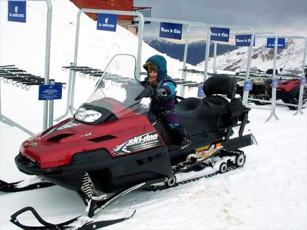 Criança em moto de neve em estação de esqui (Foto: Ana Amaral, arquivo pessoal)