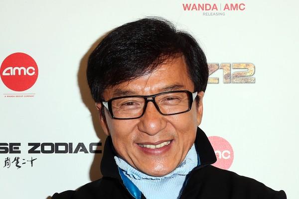 Jackie Chan é especialista em artes marciais na telona, mas disse que não tinha coragem para enfrentar os valentões na escola. As coisas só mudaram depois que ele defendeu um outro garoto e, assim, aprendeu a proteger a si mesmo (Foto: Getty Images)