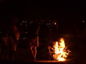 Fogueiras mantêm viva a tradição das festas juninas nos bairros de Campina Grande. (Foto: Krystine Carneiro)