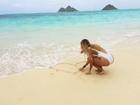Carol Portaluppi posa em praia do Havaí e recebe declaração: 'Te amo'