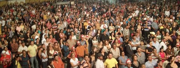 Público assiste show no Parque do Povo em Campina Grande (Foto: Rafael Melo/G1)