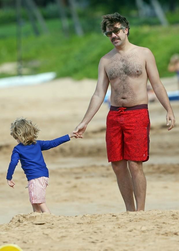 Jason Sudeikis e um dos filhos (Foto: BackGrid)