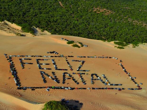 Grupos de jipeiros formaram mensagem natalina nas dunas de Pitangui, no litoral Norte do estado (Foto: Celso Roberto Suricatu/G1)