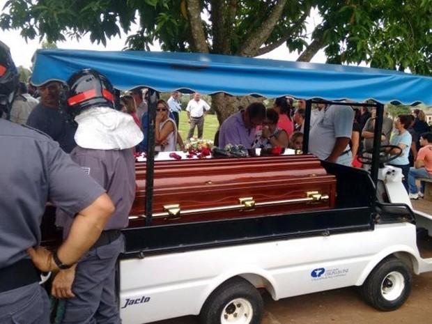 Enterro foi às 16h40 no Cemitério Colina da Paz em Itapetininga (Foto: Artur Vergennes/ TV TEM)
