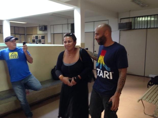 Edinho sorri ao sair da cadeia em Santos (Foto: Mariane Rossi / G1)