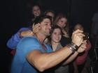 Ex-BBB Marcello Soares é assediado por fãs em festa no Rio
