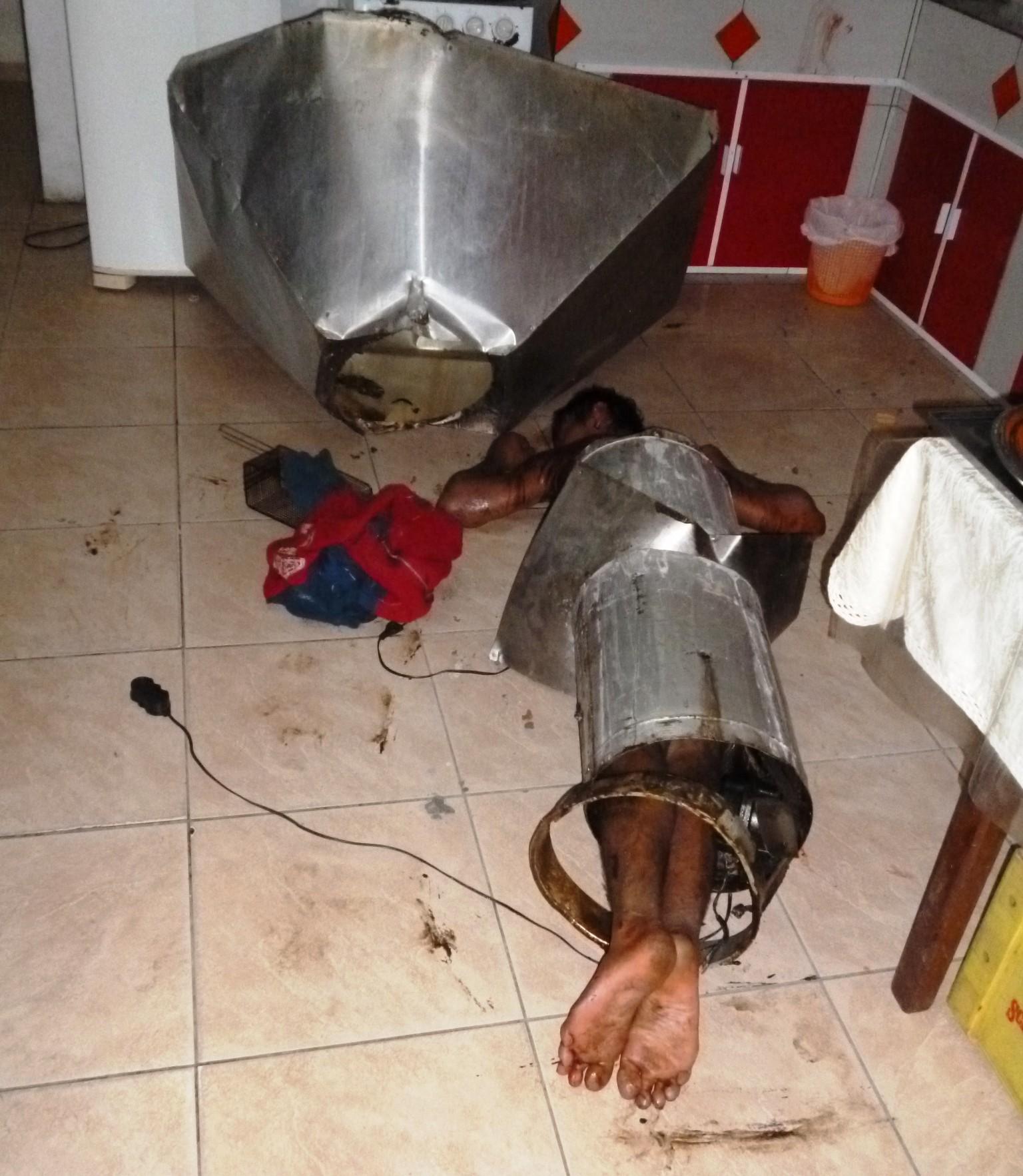 Homem ficou entalado em chaminé em tentativa de assalto (Foto: Corpo de Bombeiros Militar/Divulgação)