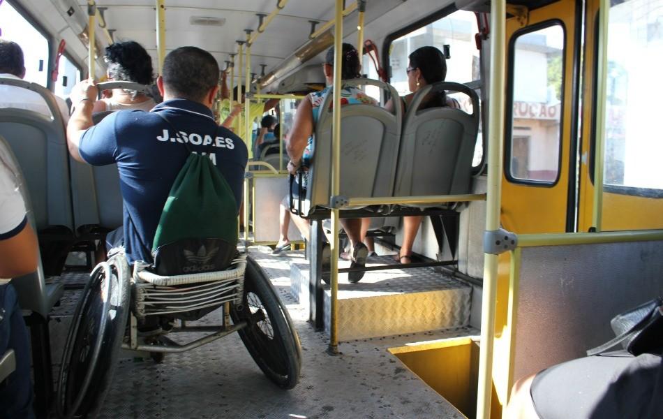 Nem todos os ônibus são adaptados para deficientes físicos (Foto: Girlene Medeiros/G1 AM)