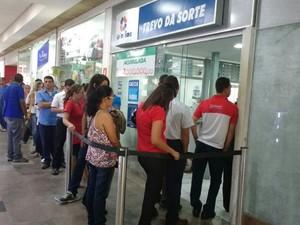 Loterias de Maceió registram longas filas durante a greve dos bancários (Foto: Marcio Chasgas/G1)