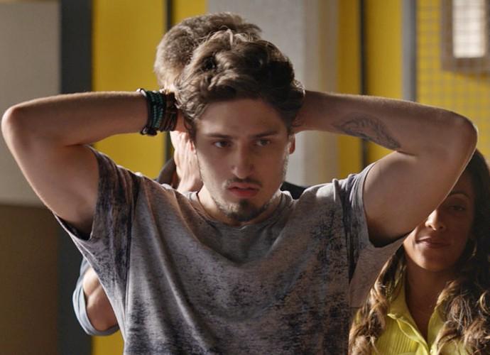 Rafael se preocupa com sumiço da foto de Sofia (Foto: TV Globo)