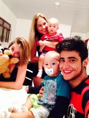Tereza Brant com a namorada, Rafaela, a sogra, Laura, e os irmãos da jovem (Foto: Divulgação)