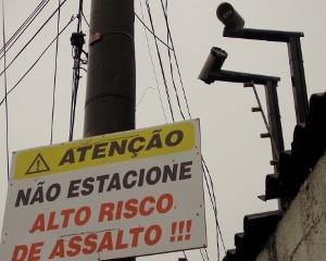 Câmeras de segurança ficam em galpão ao lado de placa (Foto: Rosanne D'Agostino/G1)