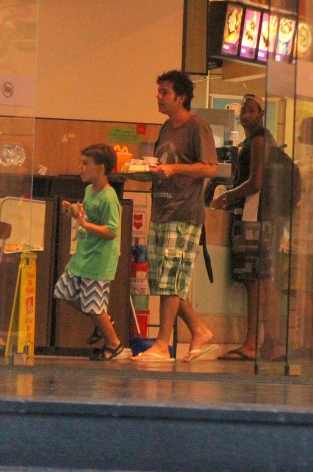 O ator compra lanche para os meninos (Foto: Daniel Delmiro/Agnews)