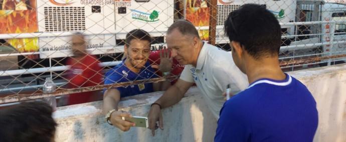 Mano Menezes faz selfie com torcedor ao fim do jogo em Teófilo Otoni (Foto: Elton Novais/TV Globo Minas)