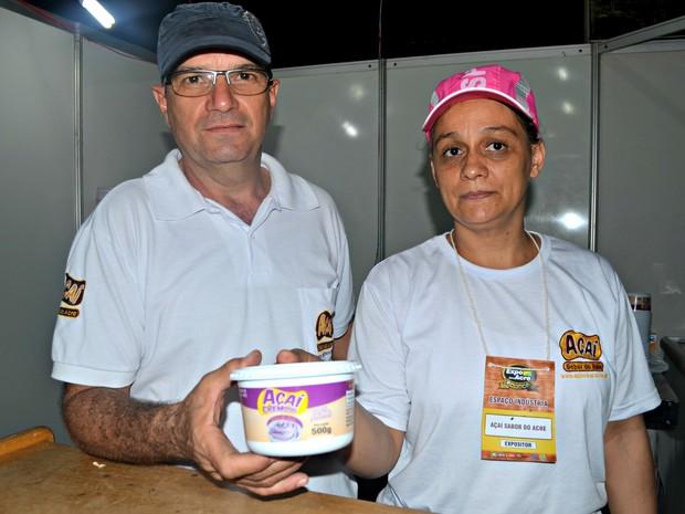 Beto e a esposa aproveitam a Expoacre para mostrar produto acreano (Foto: Veriana Ribeiro/G1)