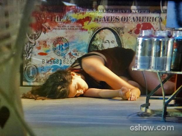 Marina rola da escada e fica desacordada (Foto: Em Família/ TV Globo)
