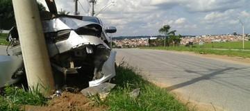 Motorista bate carro  em poste na SP-264 em Salto de Pirapora (Adriano Vincler/Arquivo Pessoal)