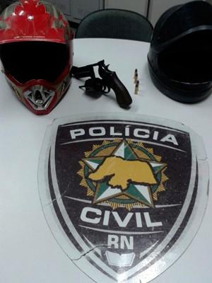 Revólver e capacetes foram apreendidos na casa do adolescente (Foto: Divulgação/Polícia Civil do RN)