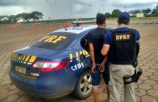 PRF prende suspeito de latrocínio por dirigir embriagado em Planaltina de Goiás (Foto: Divulgação/PRF)