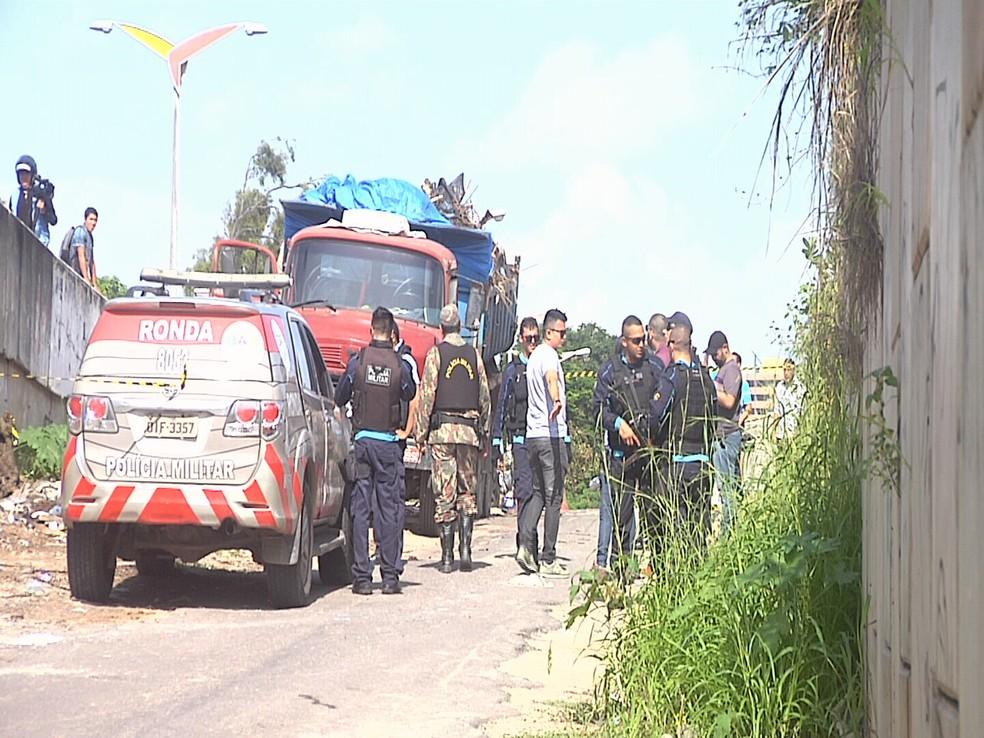 De acordo com a Polícia Militar, o corpo foi achado por dois garis da Prefeitura de Fortaleza dentro do matagal por volta das 7 horas. (Foto: Leandro Silva/Reprodução TV Verdes Mares)