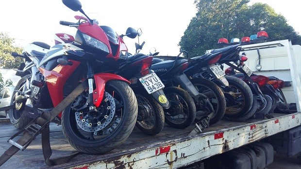 Pelo menos 8 motocicletas foram apreendidas na operação (Foto: Derek Gustavo/G1)