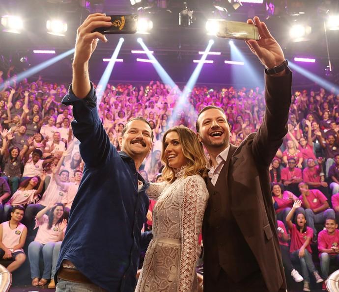 Marcelo Serrado, Deborah Secco e Moisés Lima fazem selfie (Foto: Carol Caminha/Gshow)