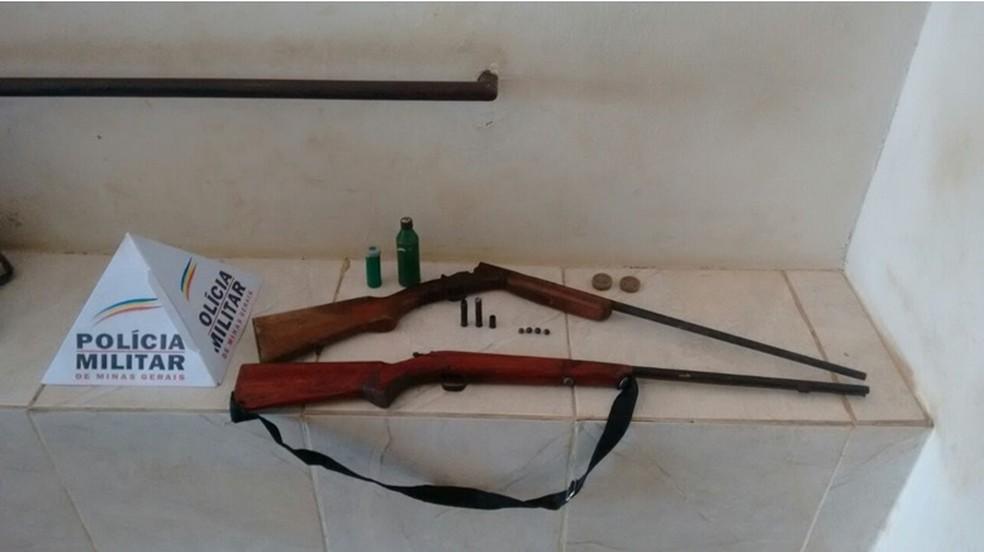 Armas de fogo estavam na casa  (Foto: Polícia Militar/Divulgação)