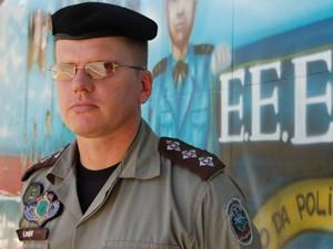 O capitão Elmer Oliveira explicou que a droga foi encontrada após suspeita de funcionário (Foto: André Resende/G1)