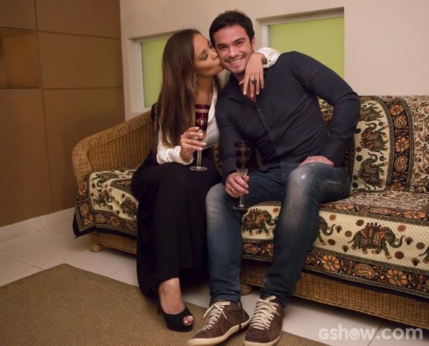 A japa dá um beijinho carinhoso no amado (Foto: Felipe Monteiro / TV Globo)