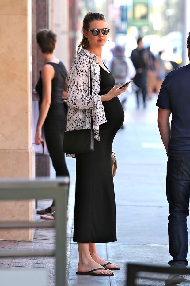 Behati Prinsloo, grávida, em Los Angeles, nos Estados Unidos (Foto: AKM-GSI/ Agência)