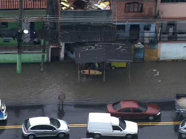 Chuva alaga proximidades do Hospital Albert Schweitzer, em Realengo (Foto: Reprodução / TV Globo)