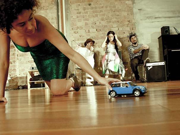 Cena da peça 'Otro', dirigida por Enrique Diaz em parceria com Cristina Moura (Foto: Pedro Antonio Garavaglia + Olívia Ferreira)