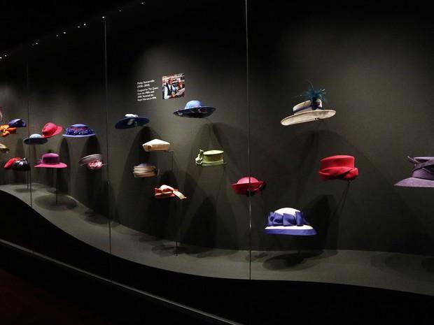 Os famosos chapéus da rainha também estarão expostos (Foto: AP Photo/Frank Augstein)