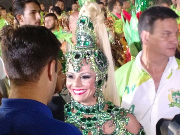 Viviane Araújo, rainha de bateria da Mancha Verde, chega para desfile (Foto: Paulo Guilherme/G1)