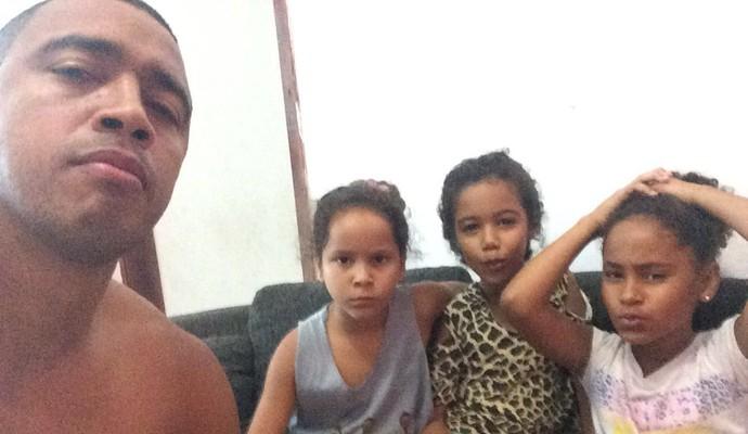Tiago Amaral assistiu o jogo na companhia das filhas [as duas à direita dele], da sobrinha e da família (Foto: Tiago Amaral/Arquivo Pessoal)