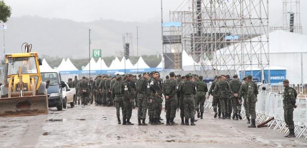 Militares do Exército, responsáveis pela segurança do papa, em Guaratiba nesta quinta-feira à tarde (Foto: Jadson Marques / Parceiro / Agência O Globo)