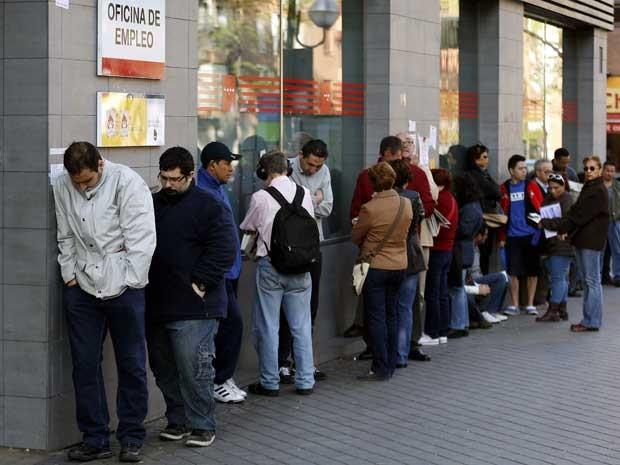 À procura de emprego, espanhóis enfrentam filas para entrar em uma agência e conseguir trabalho. (Foto: Sergio Perez / Reuters)