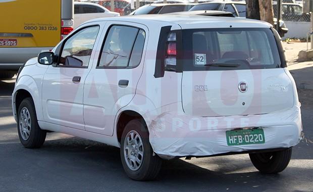 Fiat Uno flagrado na versão Attractive  (Foto: Marlos Ney Vidal/Autoesporte)