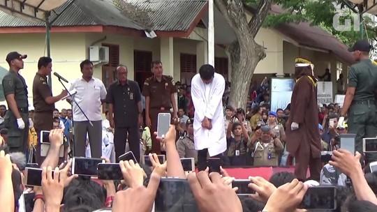 Homens são açoitados em público na Indonésia por terem feito sexo gay