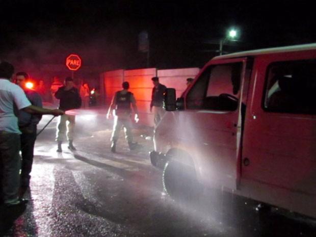 Van é incendiada com morador  de rua dentro em Passos, MG (Foto: Hélder Almeida / Clicfolha)