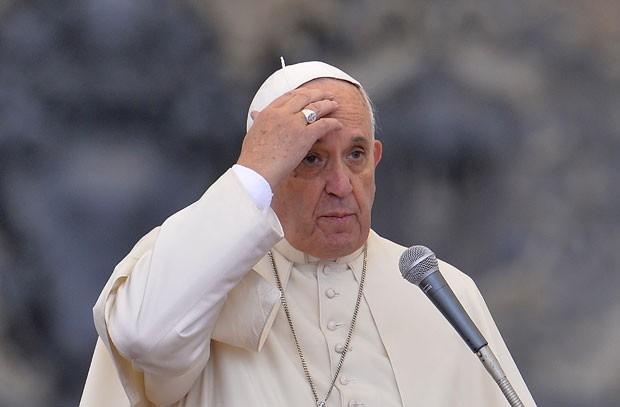 Papa Francisco faz o sinal da cruz durante a audiência geral desta quarta-feira (12) no Vaticano (Foto: Andreas Solaro/AFP)