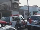 PM cerca casa invadida em São Carlos e prende suspeitos após negociação