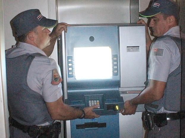 Policiais tiraram o equipemanto na noite de domingo (21) (Foto: Lucas Pereira/Repórter na Rua)
