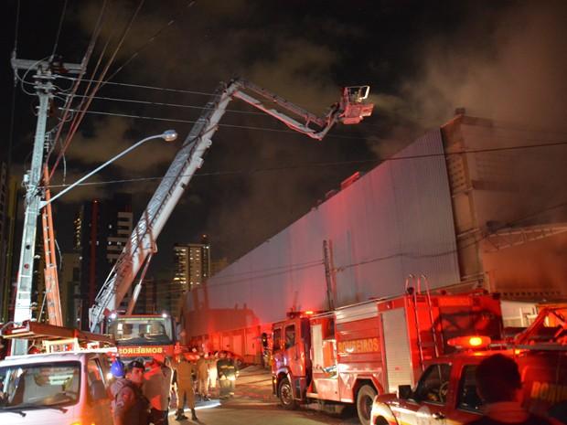 Segundo nota do supermercado, o incêndio teve inicio na área interna do estabelecimento e os funcionários imediatamente acionaram os Bombeiros  (Foto: Walter Paparazzo/G1)