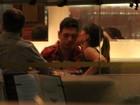De vestido curtinho, Sabrina Sato beija o namorado durante jantar