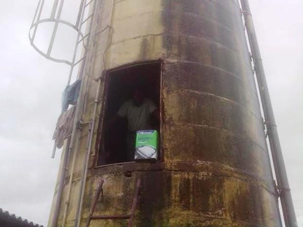Preso dentro de caixa d'água em presídio de São Luís (Foto: Reprodução/TV Mirante)