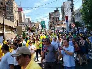 Em São José do Rio Preto, os manifestantes entram na principal avenida da cidade, a Alberto Andaló (Foto: Monize Poiani/TV TEM)