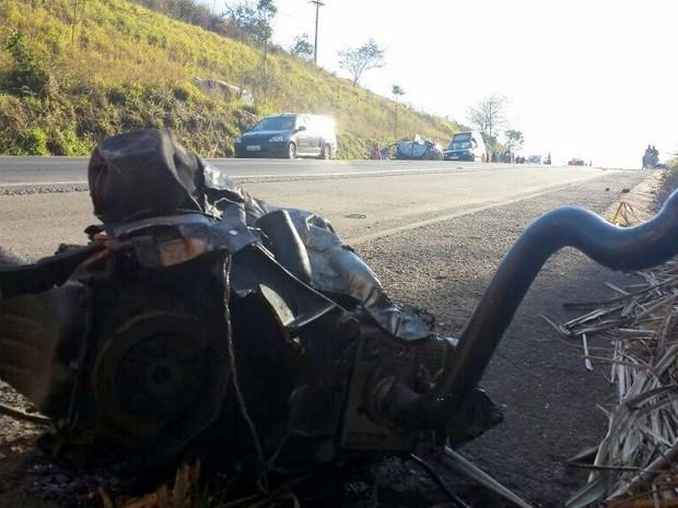 Motor de um dos carros foi lançado longe após batida em Ipeúna (Foto: Eduardo Sozo/EPTV)