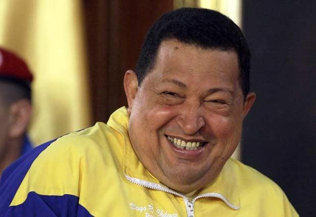 O presidente da Venezuela, Hugo Chávez, despede-se da equipe olímpica do país nesta quinta-feira (12) no palácio de Miraflores, em Caracas (Foto: AP)